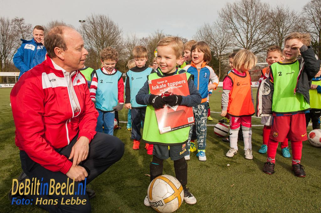 """PLUS Bilthoven deelt albums """"Lokale Helden van FC De Bilt' uit"""