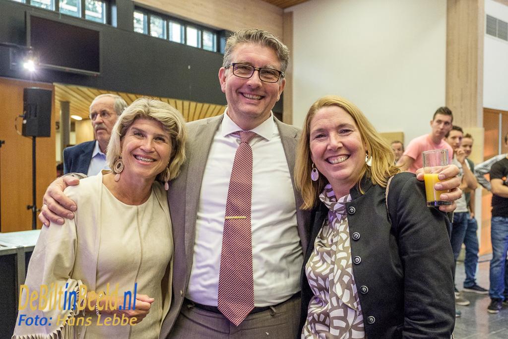 Wethouder Roy Luca uit Zeist laat zich graag fotograferen met de beide wethouders