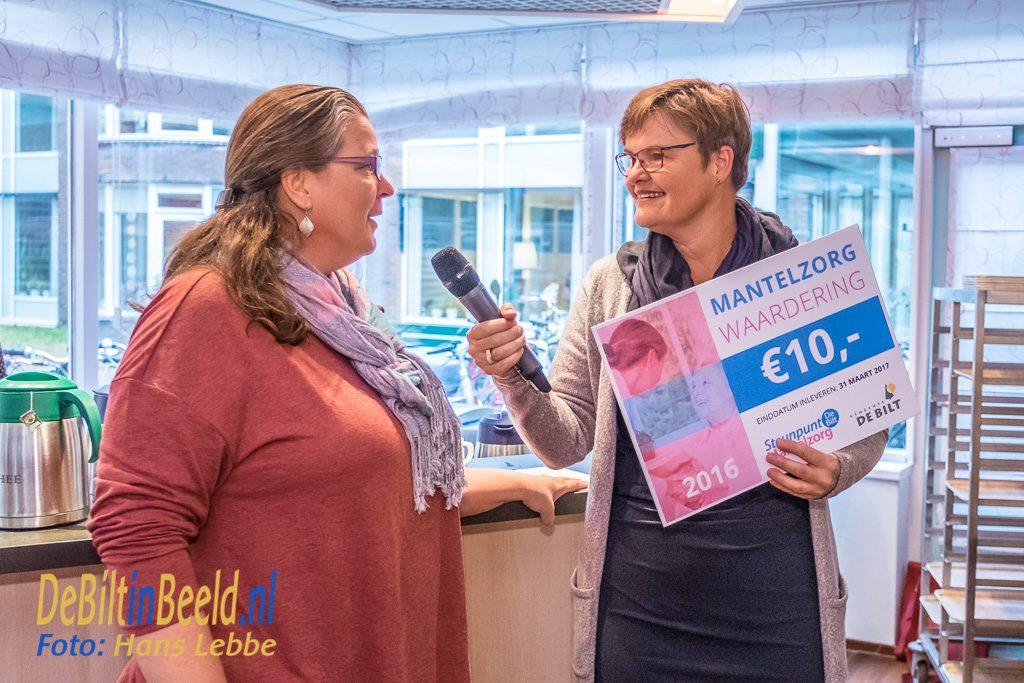 Wethouder Anne Brommersma reikt de eerste waardecheque uit