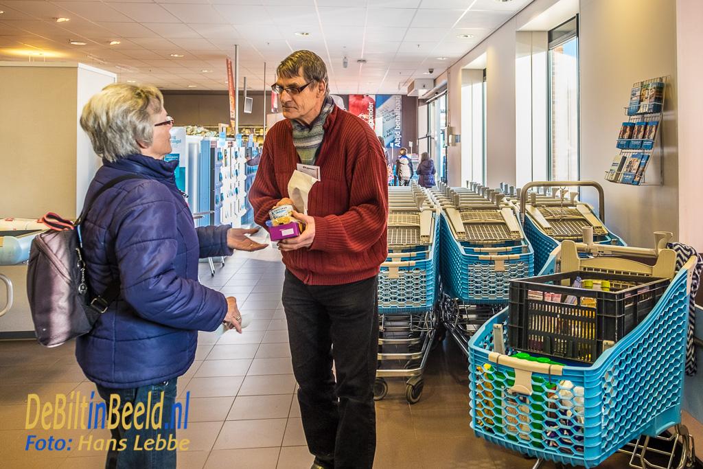 Onder andere vrijwilliger Leo nam de producten met enthousiasme en respect in ontvangst