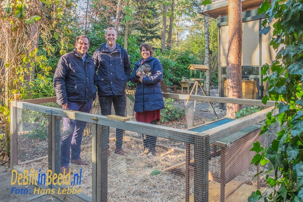 Gilde Personeel en Morgana bouwen gezamenlijk een konijnenren voor konijn Merlijn van Wooncentrum Schutsmantel