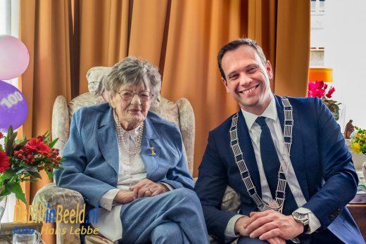 Burgemeester Sjoerd Potters feliciteerde mevrouw M.A. Werner – de Boer met haar 100 jaar