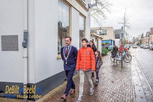 Burgemeester Sjoerd Potters werd rondgeleid in Het Oude Dorp door Ruben Godefroy