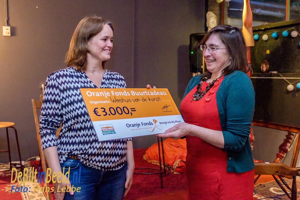 Weesthuis van de Kunst krijgt cheque van Oranje Fonds