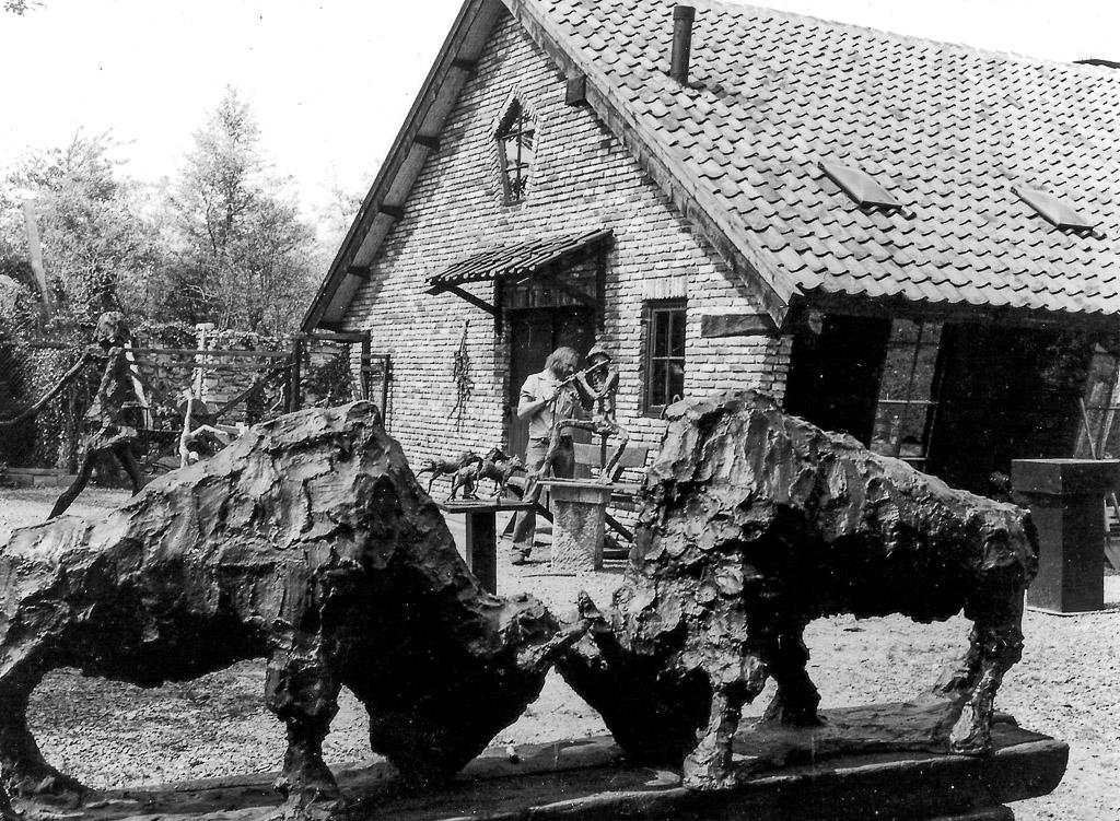 Jits Bakker aan het werk bij Atelier De Kooi in De Bilt circa 1978 FOTO: Stichting Jits Bakker Collectie