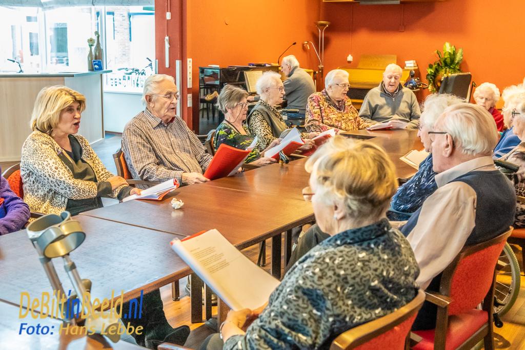 Wethouder Bakker-Smit helpt mee bij d-Amandelboom Bilthoven