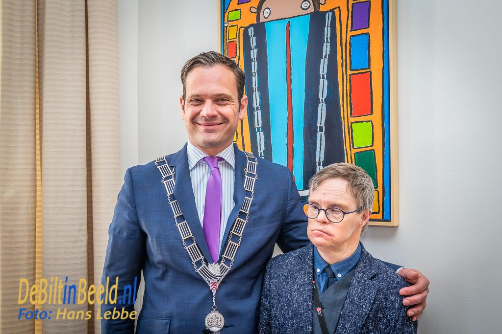 Luuk van de Bult Overhandigd portret aan Burgemeester Potters De Bilt